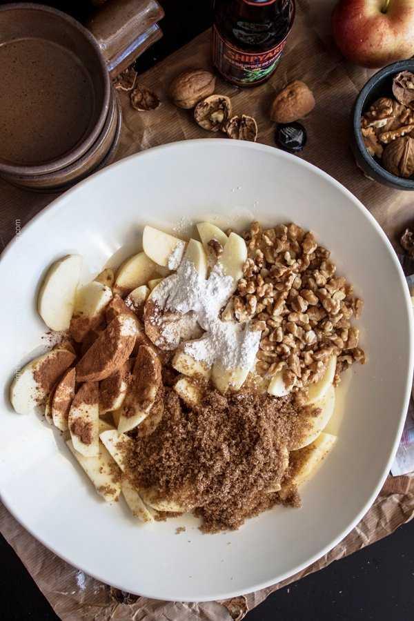 Combine apple slices, cinnamon, brown sugar, walnuts and corn starch.