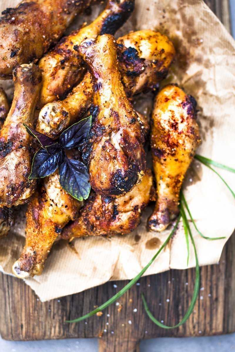 Close up picture of grilled chicken drumsticks
