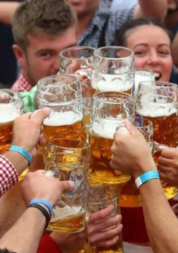 How to hold a mass stein for a group toast to avoid ones fingers from being smashed.